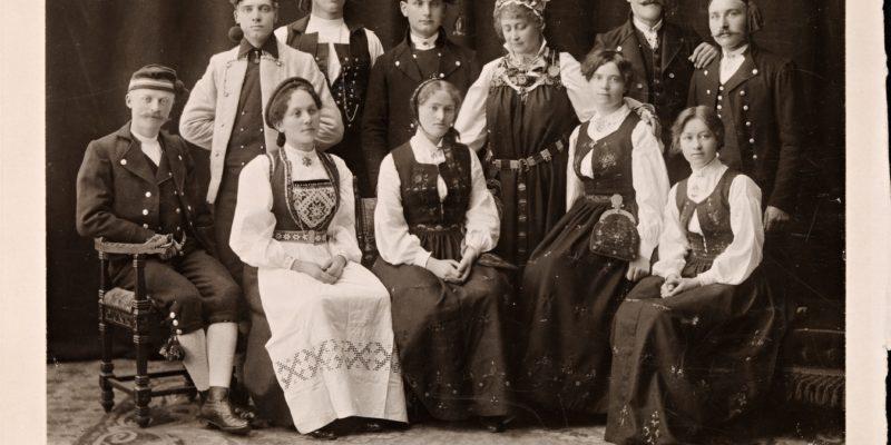 "Hulda Garborg og medlemmar av ungdomslaget ""Ivar Aasen"" 1908"