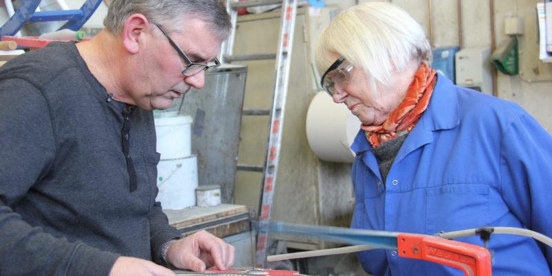 John Nygård i Furnes jernstøperi korrigerer modellen han har laget slik at den samsvarer med Turi Gramstad Olivers ønsker. Foto: Foto: Målfrid Grimstvedt, Jærmuseet